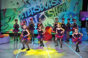 podczas-finalowej-piosenki-dzieciece-grupy-taneczne-prezentuja-popisowe-uklady-fot-jan-bogacztvp