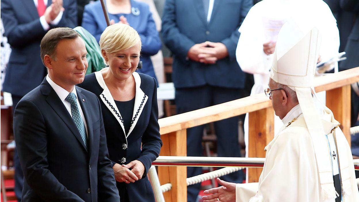 Prezydent RP Andrzej Duda z małżonką Agatą Kornhauser-Dudą witają Franciszka (fot. PAP)
