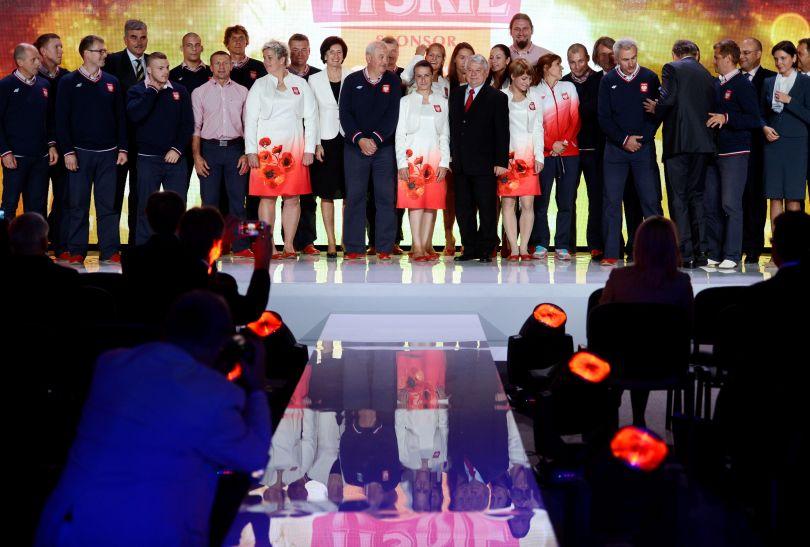 Wszyscy uhonorowani i organizatorzy (fot. PAP/Bartłomiej Zborowski)