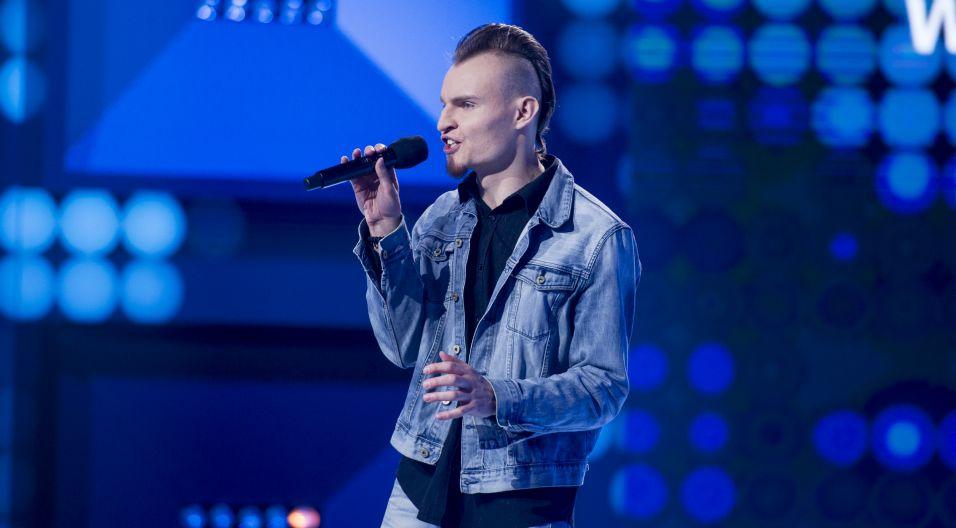 """Kamil Bielak udowodnił już w programie """"Jaka to melodia?"""", że na muzyce się zna. W """"Szansie na sukces"""" uwodnił, że potrafi też ją śpiewać, a szczególnie piosnkę """"Jak anioła głos"""" (fot. TVP)"""