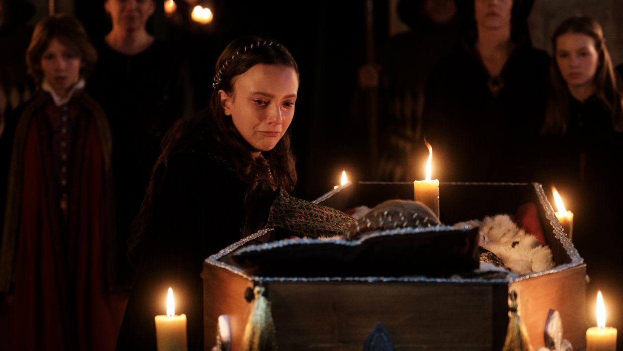 Ich plan jednak zostaje udaremniony. Wkrótce na Jadwigę spada kolejny cios, jej ukochana babka Elżbieta umiera (fot. TVP)