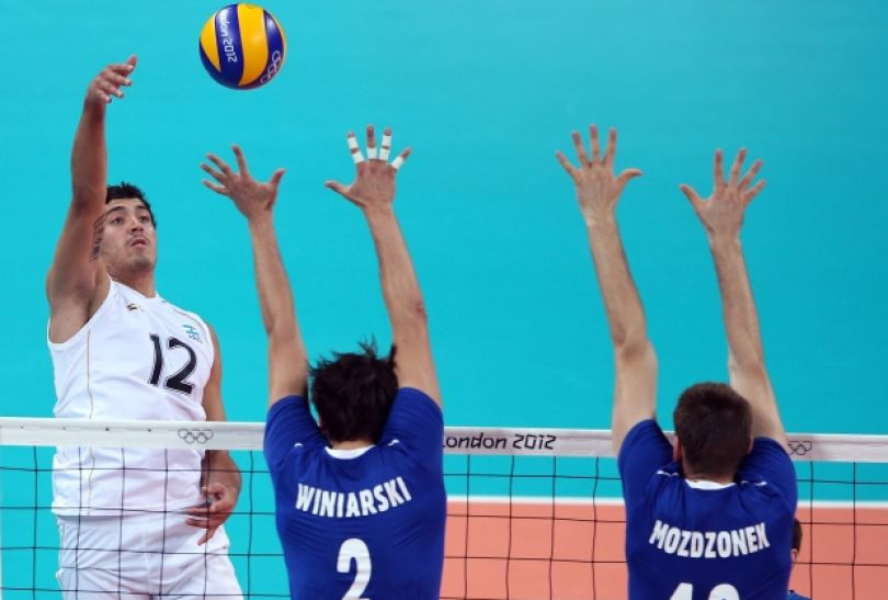 Federico Pereyra przebija się przez blok Polaków (fot. Getty Images)