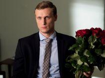 Tymczasem w kancelarii u Marty z bukietem czerwonych róż, czekoladkami i zaproszeniem na kawę zjawia się właśnie on (fot. A. Rybak)
