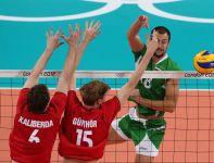 Nikolay Nikolov ścina piłkę (fot.PAP/EPA)