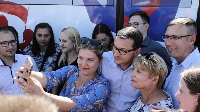"""PiS inauguruje konwencje w regionach. Pierwszy przystanek """"PiSbusu"""" – Toruń"""