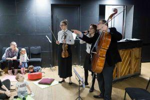 dzieci-i-rodzice-biora-czynny-udzial-w-koncertach-spiewaja-graja-na-instrumentach-poruszaja-sie