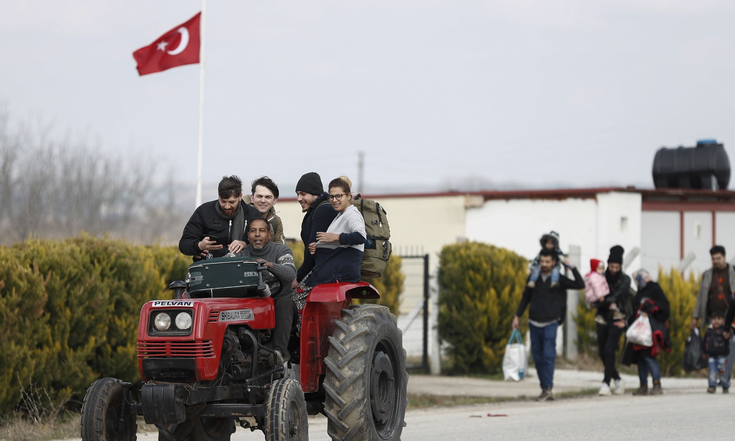 Gdy 28 lutego tureckie władze zadeklaraowały, że otworzą zachodnią granicę dla uchodźców i imigrantów, wielu ruszyło w drogę. Fot. DIMITRIS TOSIDIS/PAP/EPA.