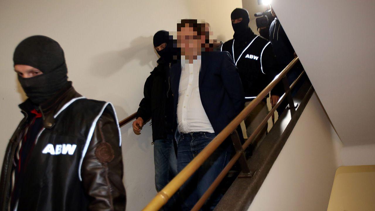 Funkcjonariusze ABW wyprowadzają Stanisława Sz. po posiedzeniu Sądu Okręgowego w Warszawie (fot. arch.PAP/Leszek Szymański)