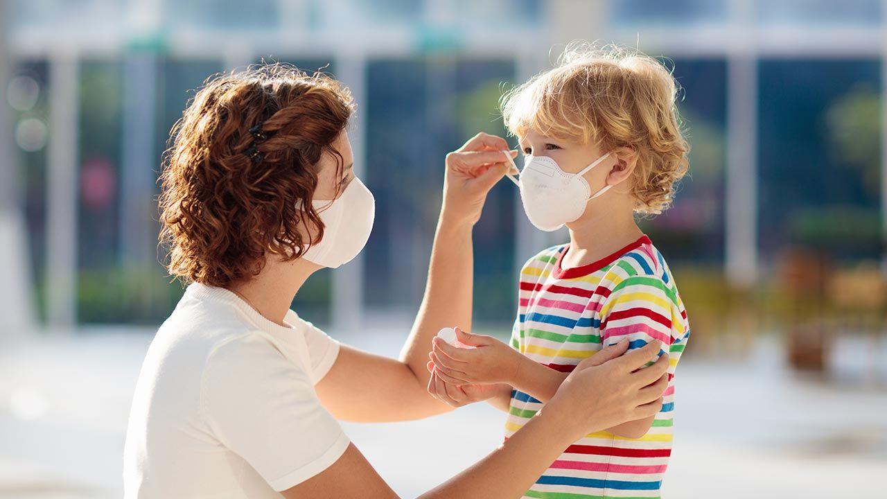 Maski powinny być noszone jedynie w miejscach, gdzie istnieje ryzyko zakażenia koronawirusem - podało WHO (fot. Shutterstock/FamVeld)