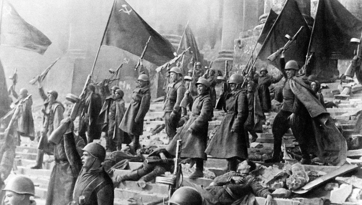 Zdaniem gazety redukowanie roli Józefa Stalina i Armii Czerwonej do zwycięstwa nad Niemcami Adolfa Hitlera jest błędem (fot. Mondadori via Getty Images)