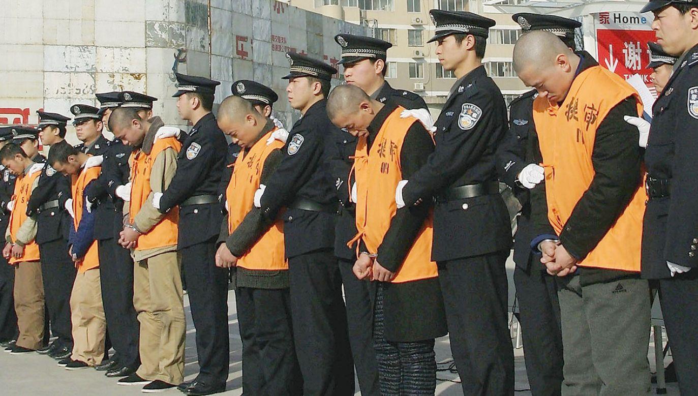 Niektórzy internauci chwalą mężczyznę za synowskie oddanie, jedną z cnót konfucjańskich (fot. China Photos/Getty Images, zdjęcie ilustracyjne)