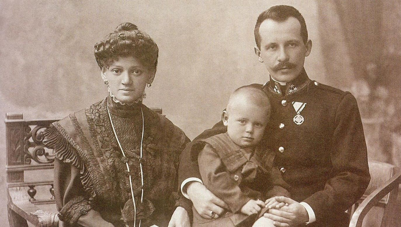 Emilia i Karol Wojtyła z synem Edmundem, Kraków 1908. (fot. Laski Diffusion/ East News)