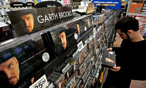 7. Garth Brooks, prawie nieznany w Polsce muzyk, to w USA już prawdziwa ikona country. Wyniki mówią za siebie: 135,8 mln sprzedanych kopii. Na zdjęciu limitowana seria sześciopaku płyt Brooksa w 2006 r. w amerykańskiej sieciówce. Fot. Ricardo DeAratanha/Los Angeles Times via Getty Images