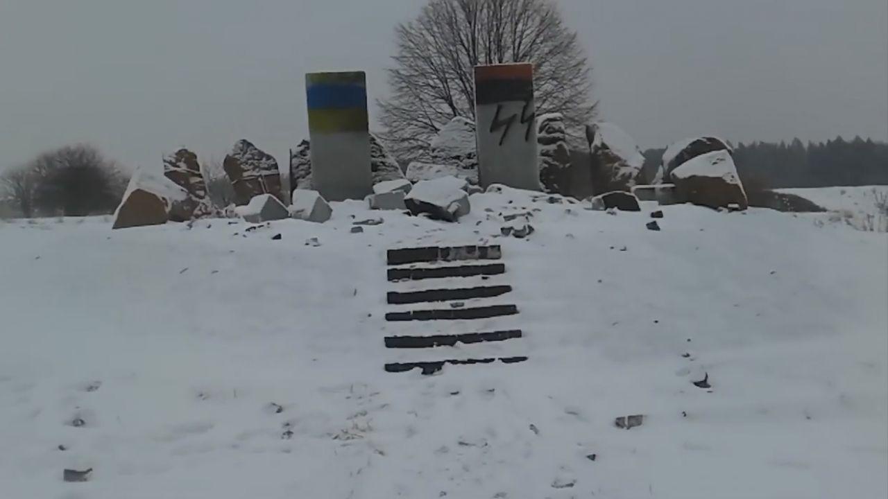 Poprzednio wysadzono krzyż upamiętniający polskie ofiary (fot.youtube.com)