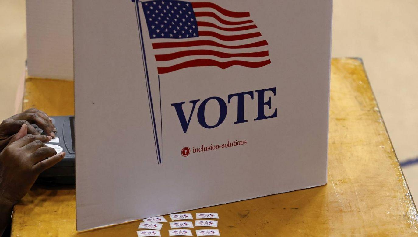 Z powodu pandemii obywatele US mogą korzystać z możliwości wcześniejszego głosowania w wyborach prezydenckich  (fot. PAP/EPA/AARON M. SPRECHER)
