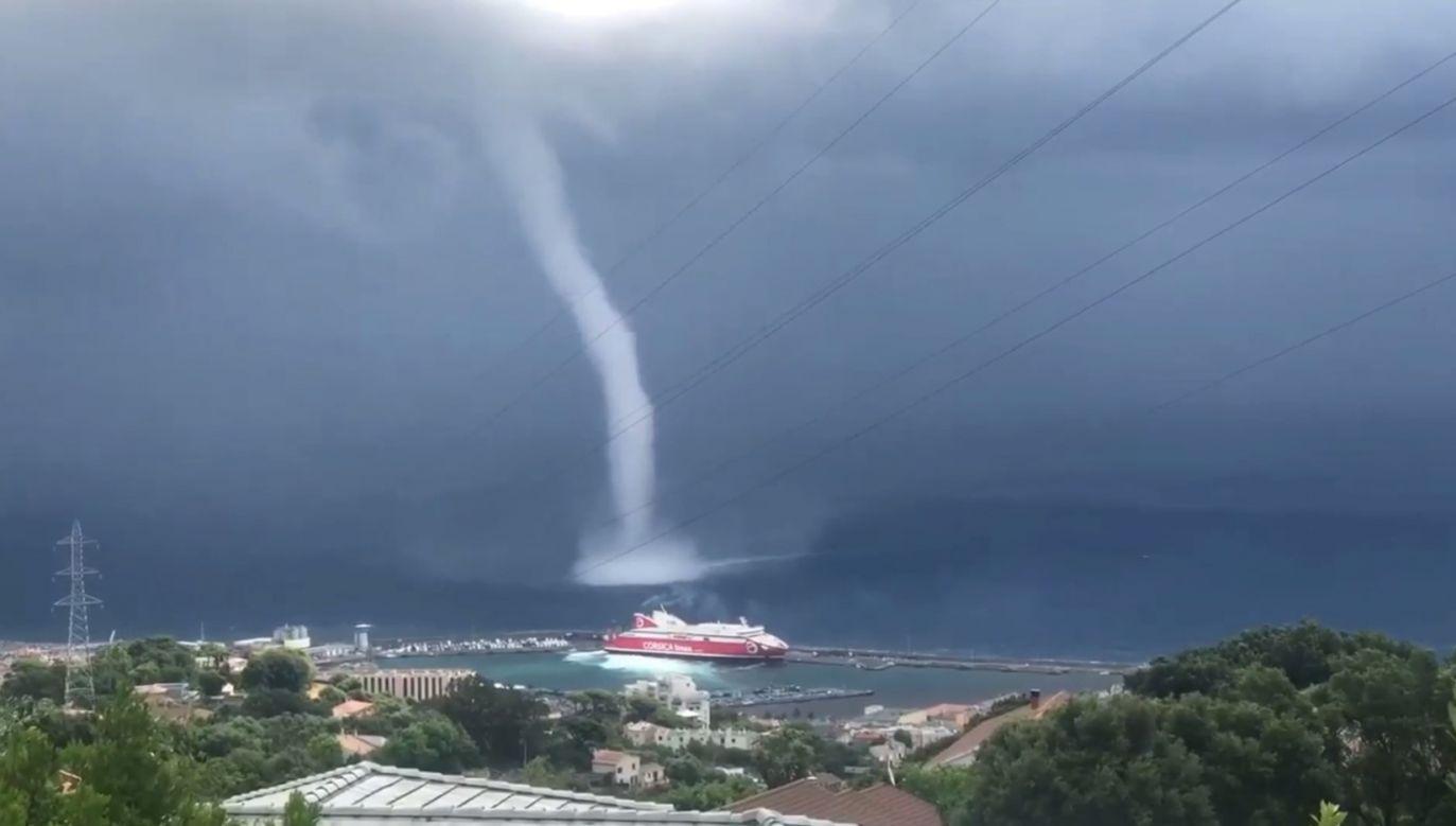 Trąba wodna w momencie zetknięcia z ziemią może zamienić się w tornado (fot. Le Temps d'une pose)