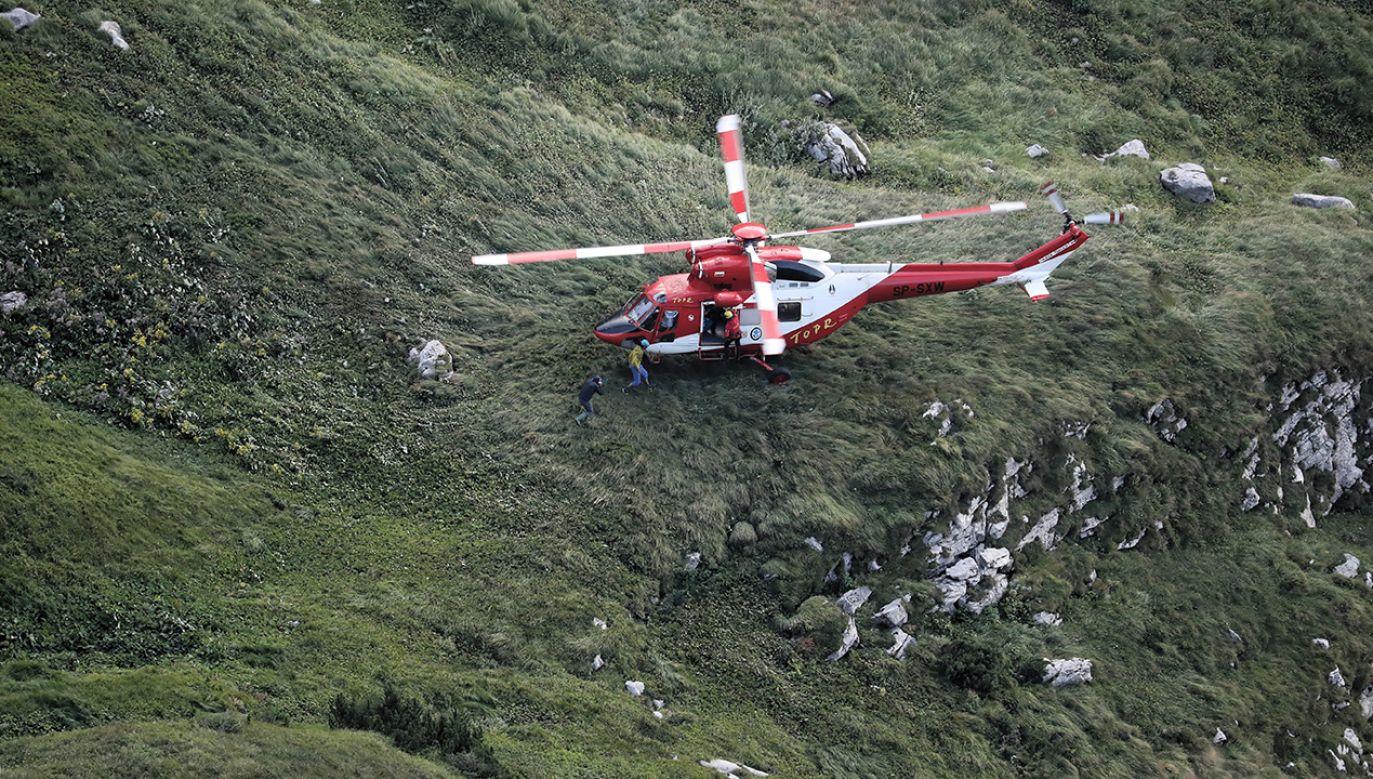 Lądowanie helikoptera TOPR w pobliżu Jaskini Wielkiej Śnieżnej gdzie utknęło dwóch grotołazów (fot. PAP/Grzegorz Momot)