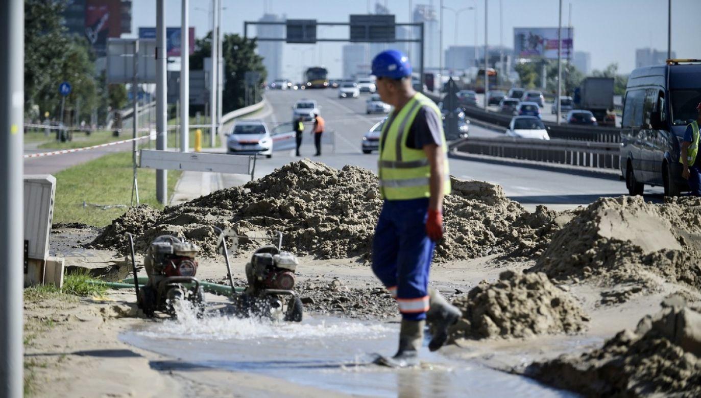 Choć utrudnienia dla kierowców mogą niedługo się zakończyć, to jednak mieszkańcom wody może brakować do wieczora lub nawet piątku rano (fot. PAP/Marcin Obara)