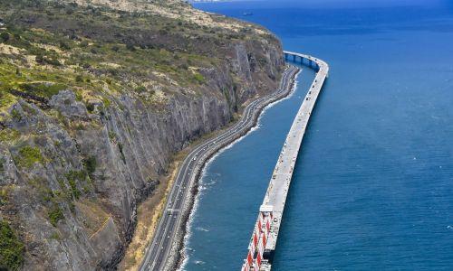 Budowa nowej autostrady łączącej stolicę Réunionu Saint-Denis z miastem La Possesion w 2018 roku. Fot. Andia/Universal Images Group via Getty Images