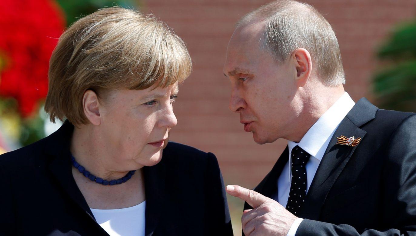 Angela Merkel z Władmimirem Putinem 10 maja 2015 roku złożyła kwiaty pod kremlowskim Grobem Niznanego Żołnierza w Moskwie. Fot. REUTERS/Maxim Shemetov