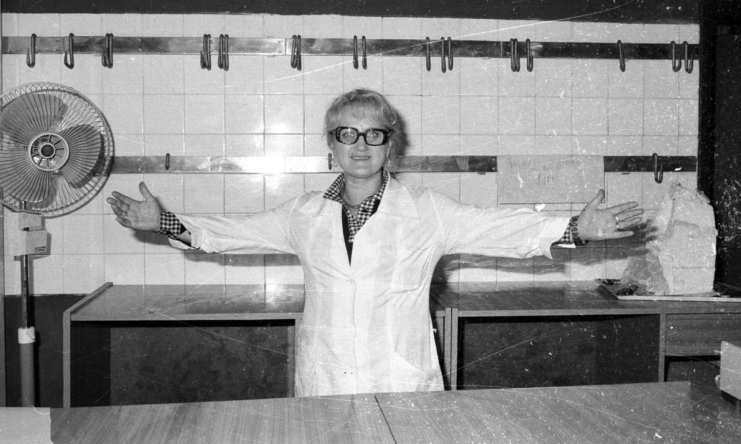 Warszawa, 31 lipca 1981. Na rynku coraz dotkliwiej brakowało mięsa, wprowadzono wiec dzień bezmięsny – w poniedziałki nie można go było kupić w sklepach. Fot. PAP/CAF/Cezary Langda