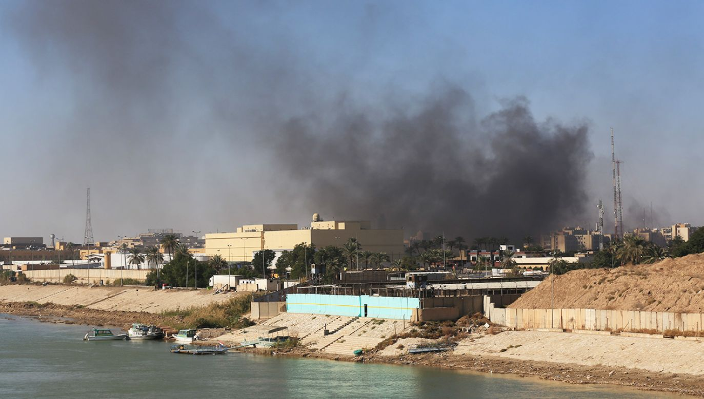 Amerykańska ambasada znajduje się w tak zwanej Zielonej Strefie, która wcześniej była celem tego typu ataków (fot. Murtadha Sudani/Anadolu Agency via Getty Images; Zdjęcie ilustracyjne)