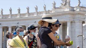 Prezydent Andrzej Duda jako cel pierwszej wizyty w drugiej kadencji wskazał Rzym i Watykan (fot. PAP/EPA/CLAUDIO PERI)