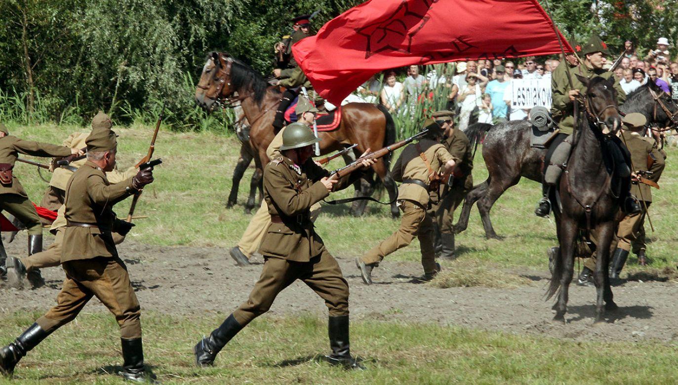 V Rekonstrukcja bitwy w trakcie obchodów 89. rocznicy walk w Ossowie (fot. arch.PAP/Tomasz Gzell)