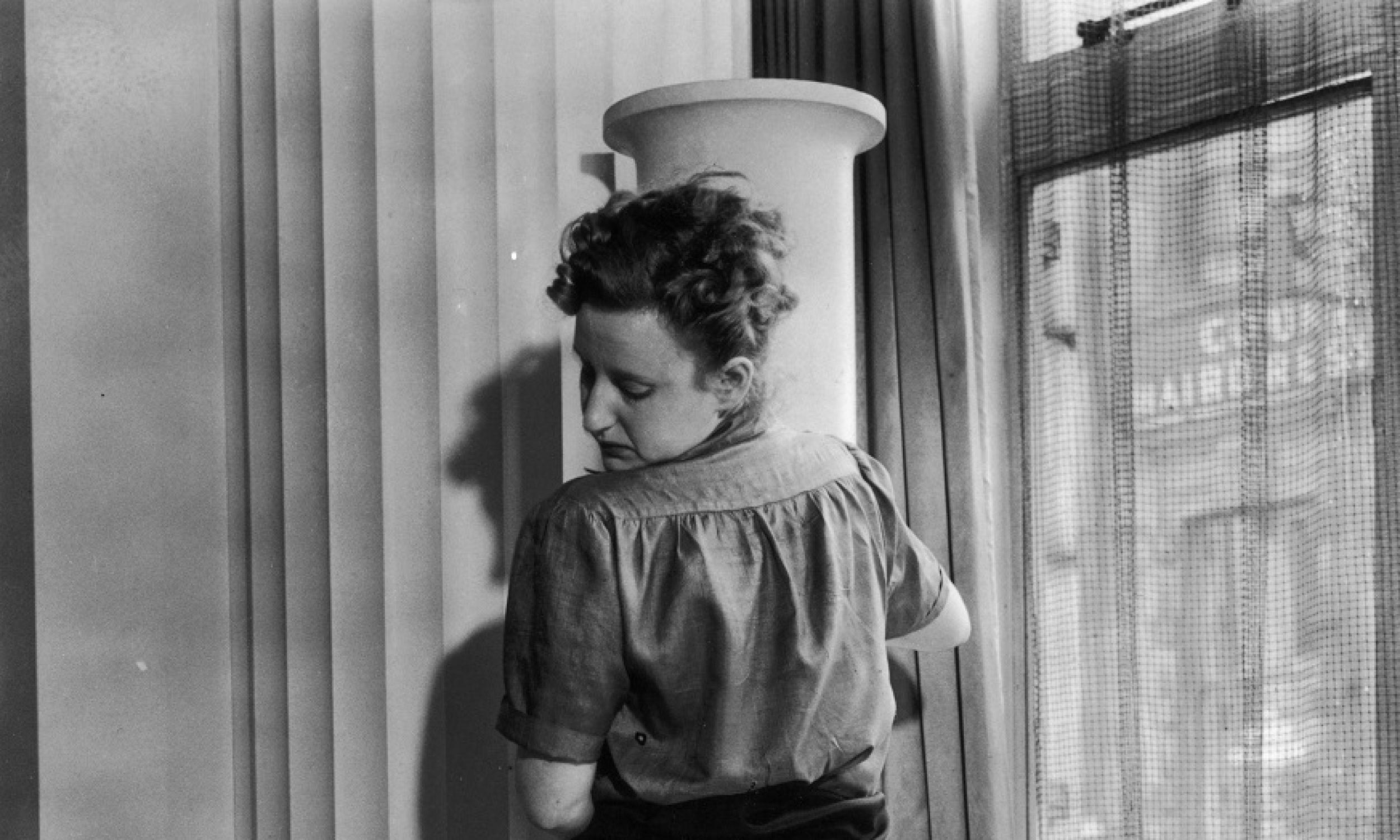 """Rok 1940. Pracownica firmy Max Factor nakłada klientce miksturę zwaną """"stocking cream"""", dającą iluzję jedwabnych pończoch z obowiązkowym szwem. Fot. Fox Photos/Getty Images"""