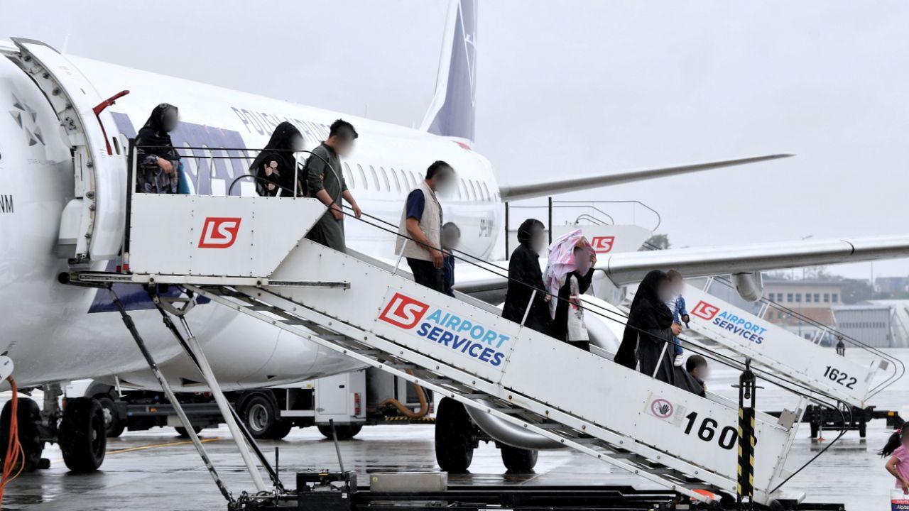 Ewakuowani z Afganistanu opuszczają pokład samolotu (fot. PAP/Radek Pietruszka)