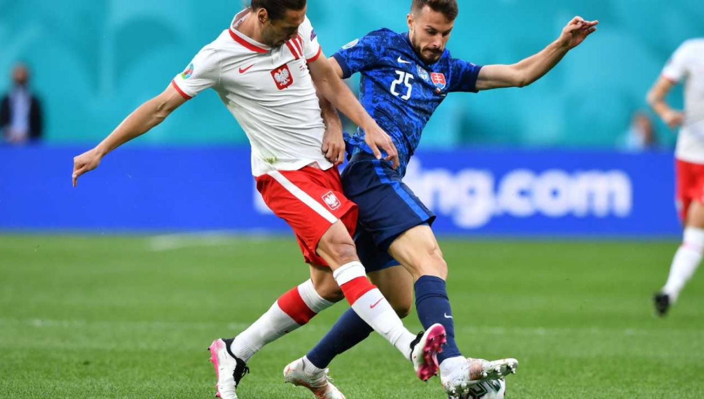 Polak Grzegorz Krychowiak (L) i Jakub Hromada (P) ze Słowacji podczas pierwszego meczu EURO 2020 (fot. PAP/Adam Warżawa)