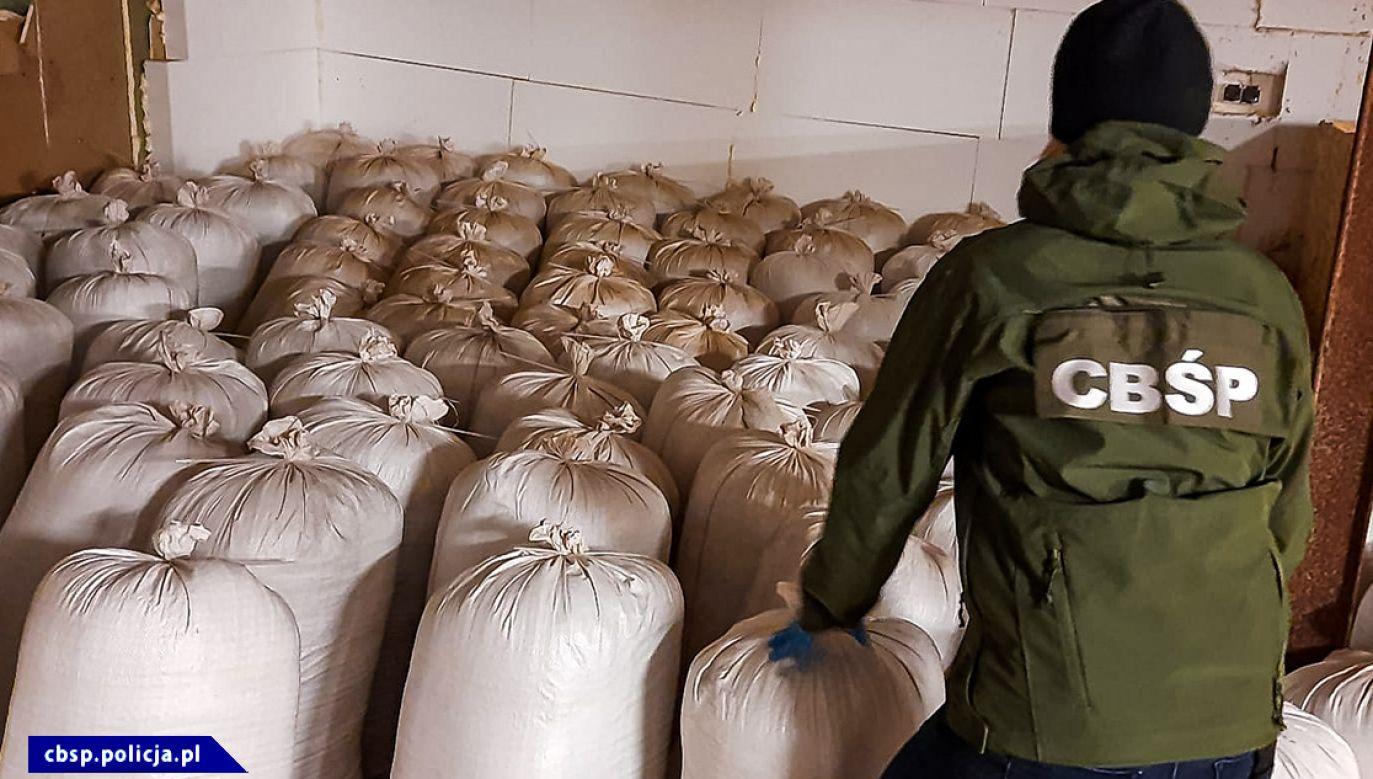 Policjanci przejmują co roku setki ton nielegalnego tytoniu (fot. CBŚP)
