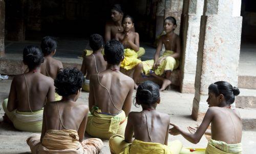 Szkoła sanskrytu w Świątyni Thiruparankundram, gdzie dzieci uczą się starożytnych pism świętych.  To świątynia hinduistyczna i jedna z Sześciu Domów Murugan, zbudowana w skałach w VI wieku. Położona jest  ok. 10 km od masta Madurai w stanie Tamilnadu w Indiach. Fot. Jithendra M./IndiaPictures/Uniwersal Images Group via Getty Images