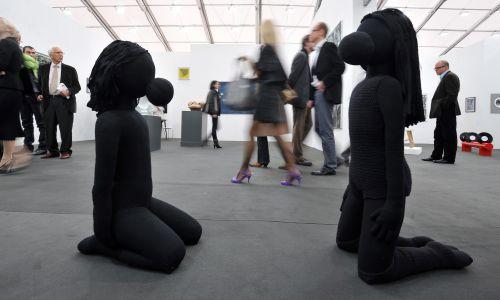 """""""Dziewczyna z gumą do żucia"""" Anety Grzeszykowskiej na wystawie Frieze Art Fair w Regent's Park w Londynie, 14 października 2009 r. Frieze Art Fair to największe wydarzenie tego typu w Wielkiej Brytanii, prezentujące dzieła artystów z całego świata. Fot. PAP / EPA."""