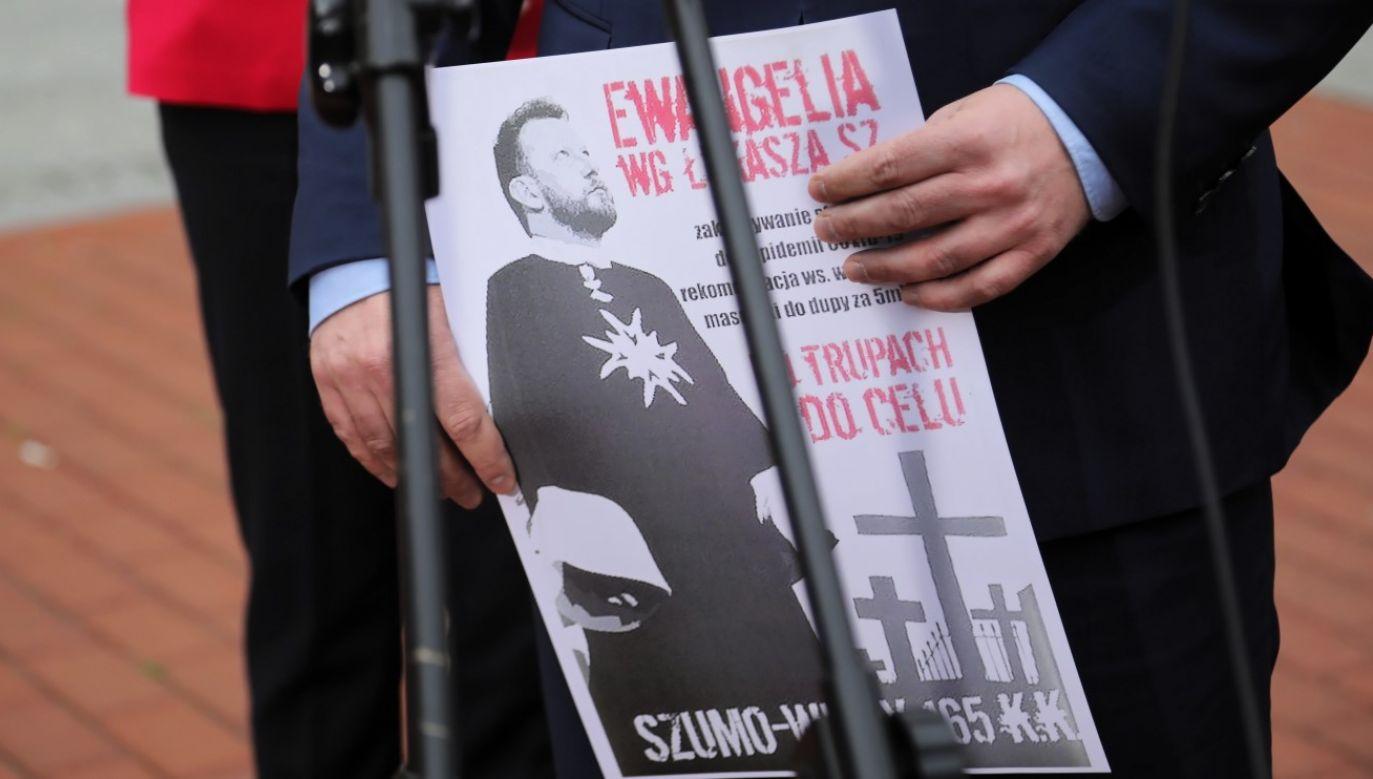 Na warszawskich przystankach AMS, spółki należącej do Agory, pojawiły się hejterskie plakaty wymierzone w Łukasza Szumowskiego (fot. PAP/Wojciech Olkuśnik)