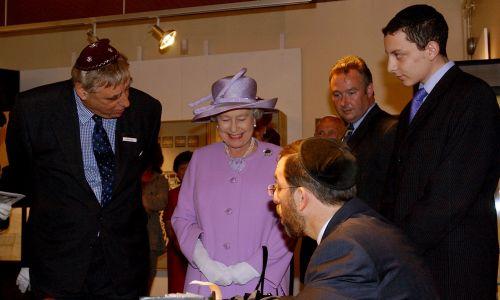Królowa Elżbieta II podczas wizyty w muzeum żydowskim w Manchesterze. Fot. John Giles - PA Images / PA Images przez Getty Images