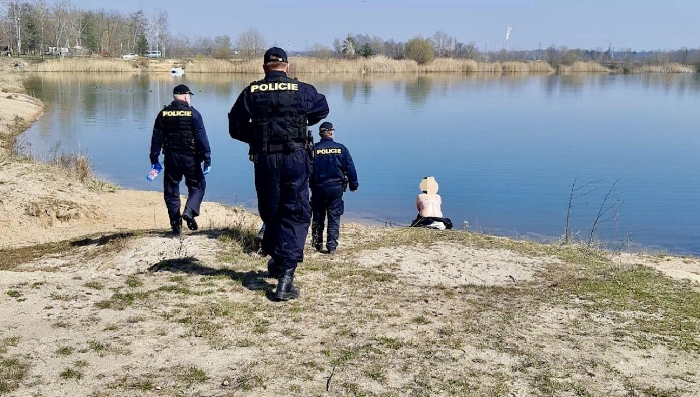 Czeska policja skontrolowała spacerowiczów w rezerwacie przyrody podczas epidemii koronawirusa (fot. Policie ČR)