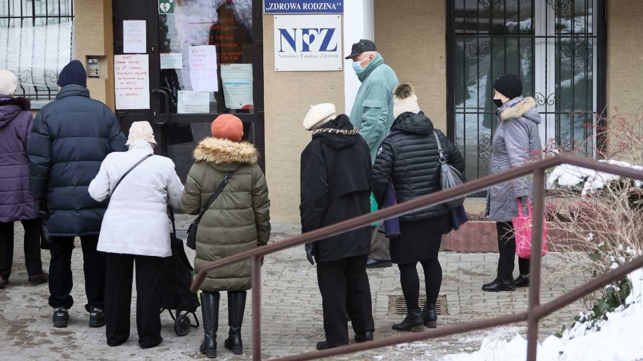 Na szczepienia można się rejestrować również telefonicznie (fot. PAP/Leszek Szymański)