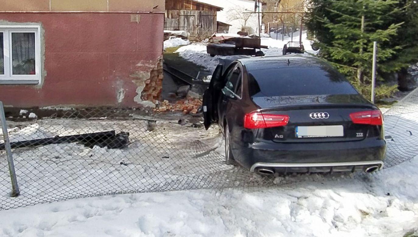 Wjechał autem w ścianę domu (fot. Policja)