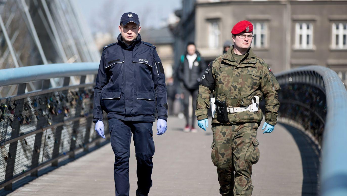 Patrol policji i Żandarmerii Wojskowej na ulicach Krakowa (fot. PAP/Łukasz Gągulski)