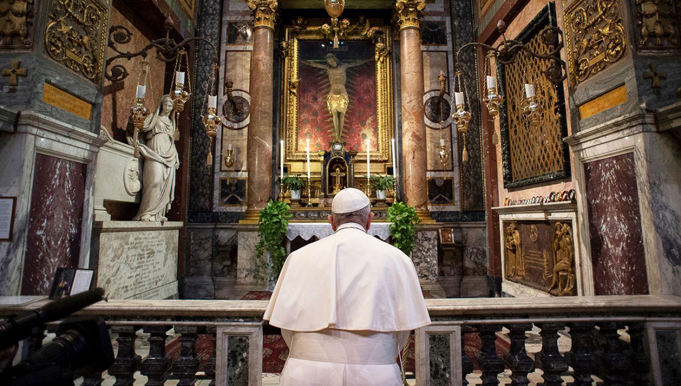 Te bezprecedensowe zmiany, wynikające z pandemii koronawirusa, ogłosił Watykan publikując pełny program papieskich uroczystości Wielkiego Tygodnia (fot. Reuteres/Vatican Media)