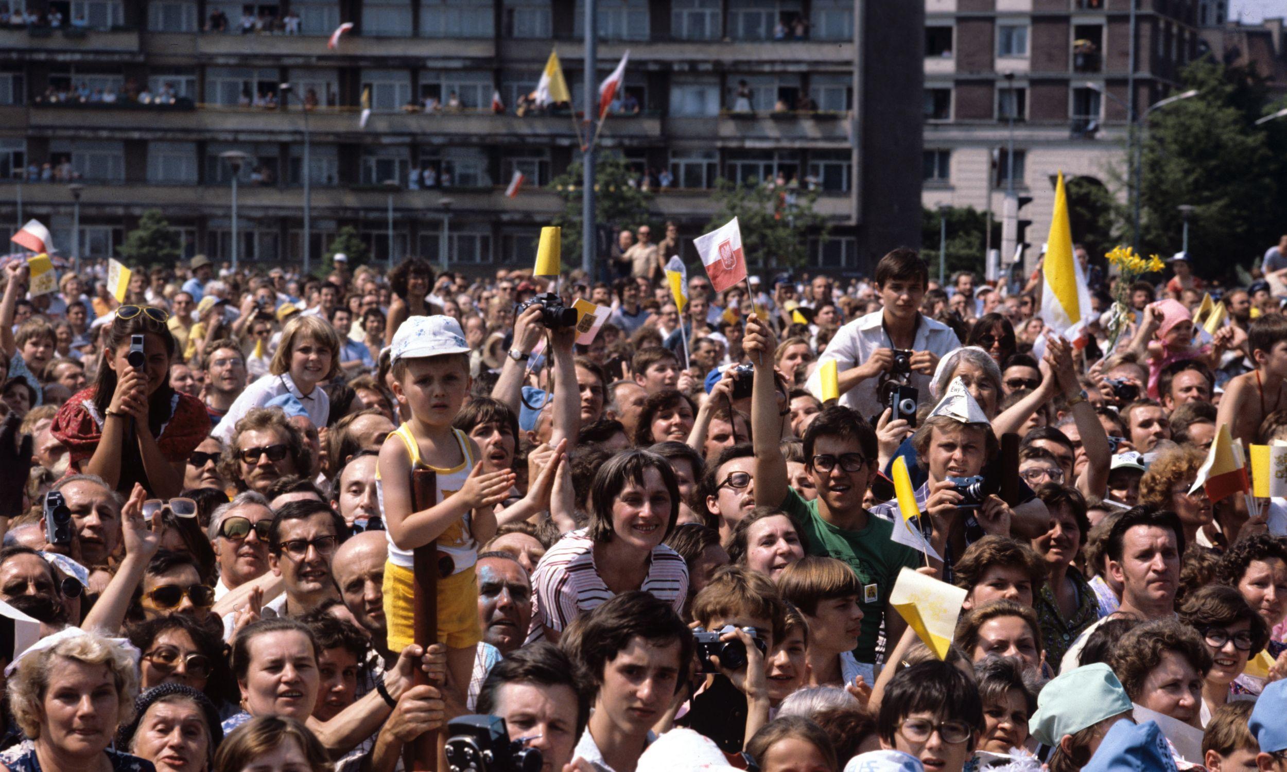 2 czerwca 1979. Trasa przejazdu papieża z lotniska Okęcie w Warszawie. Fot. PAP/Jan Morek