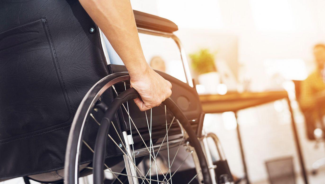 Prawo do świadczenia mają osoby uznane przez lekarza orzecznika za niezdolne do samodzielnej egzystencji (fot. Shutterstock/VGstockstudio)