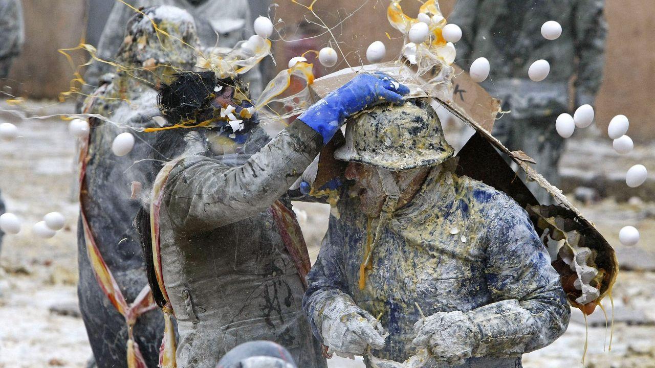 Tradycja walk na jajka i mąkę sięga dwóch stuleci wstecz (fot.EPA/MORELL)