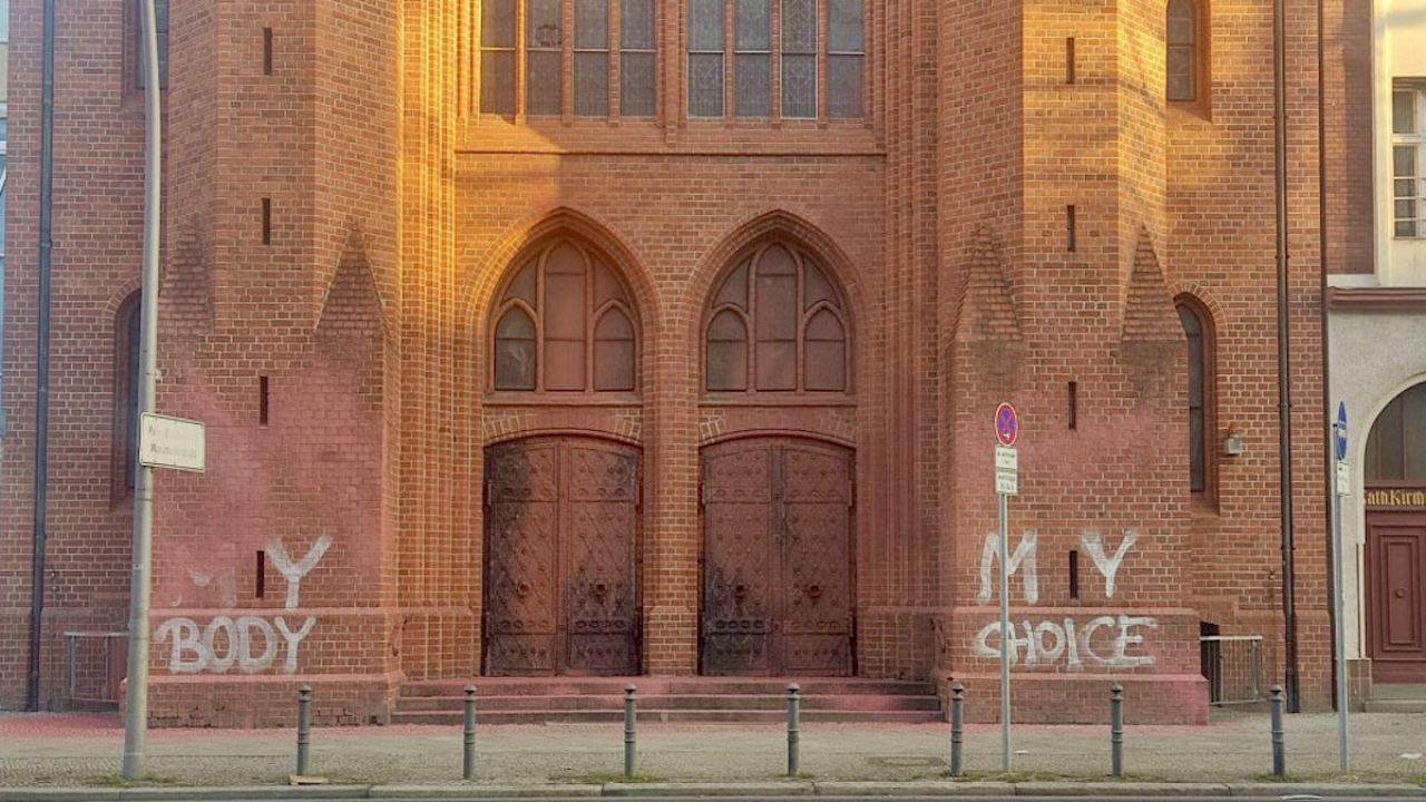 Zdewastowano elewację kościoła św. Elżbiety w Berlinie (fot. Katholische Kirchengemeinde Sankt Matthias-Schöneberg)