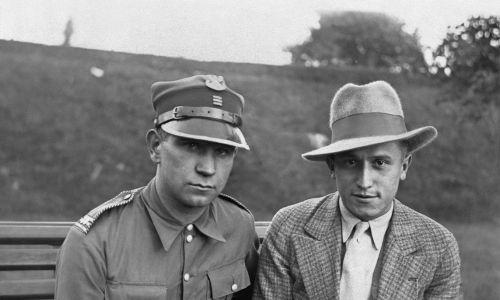 W 1931 roku uzyskał stypendium w Akademii Sztuk w Berlinie, gdzie studiował grę na fortepianie u Artura Schnabla i Leonida Kreutzera oraz kompozycję u Franza Schrekera. Tam skomponował swoje pierwsze utwory.  W 1933 roku atmosfera potęgującego się narodowego socjalizmu w Niemczech skłoniła go do powrotu do kraju. Władysław Szpilman (z prawej) w marcu 1939 r. W Warszawie, wraz z oficerem Wojska Polskiego. Fot. PAP / DPA
