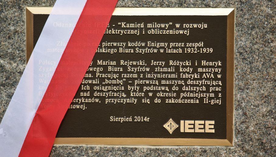 Przed Instytutem Matematycznym PAN odsłonieto tablicę upamiętniającą złamanie Enigmy (fot. PAP/Rafał Guz)