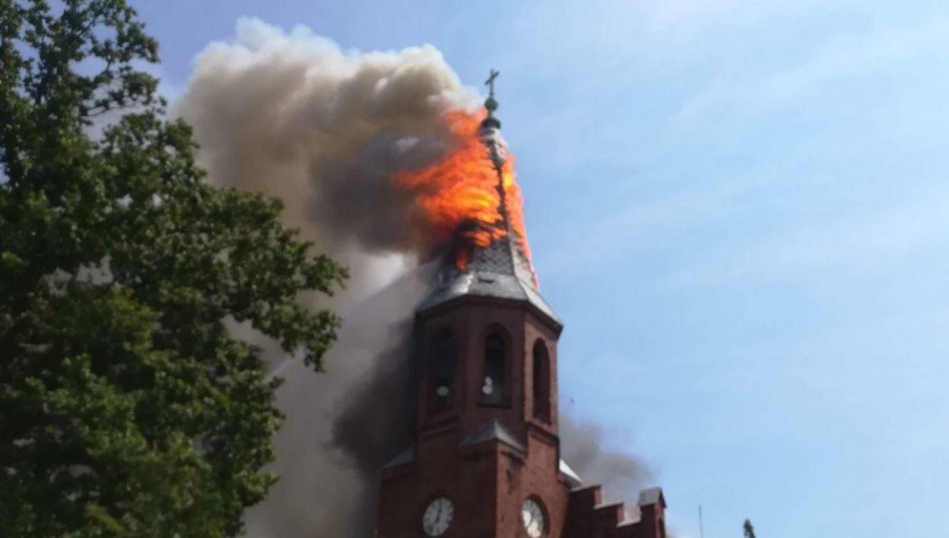 Ogniem objęta jest wieża kościoła z dziewiętnastego wieku (fot. remiza.pl)