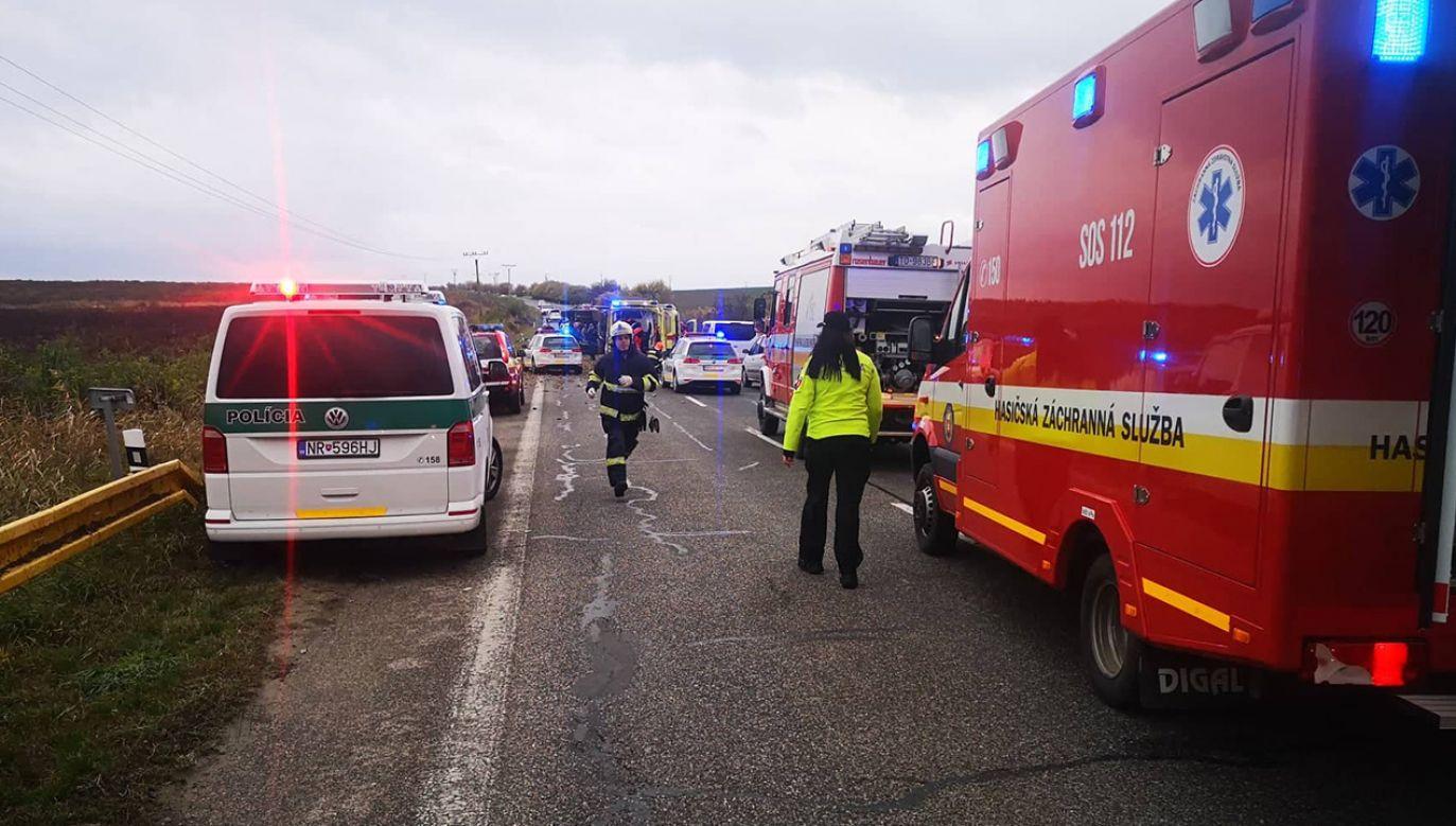 We wraku pojazdu wciąż znajdują się ludzie (fot. Facebook/Prezídium Hasičského a záchranného zboru)