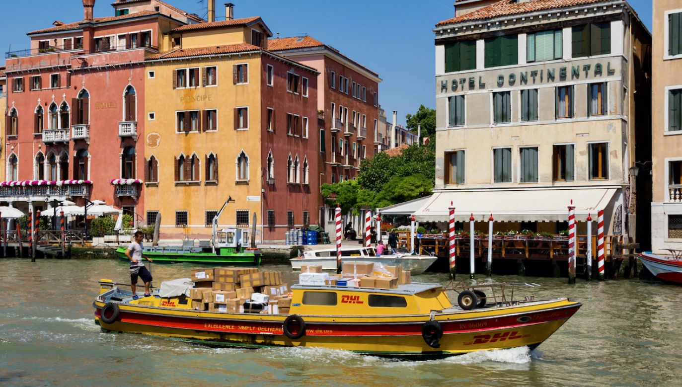 Firma DHL we Włoszech miała się dopuścić oszustw zw. z VAT (fot. Education Images/UIG/Getty Images)